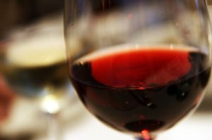 800px-Red_wine_closeup_in_glass